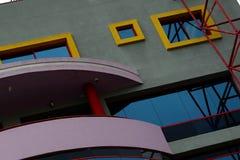 Färgrik byggnadsfasad med fönster och balkongen Arkivfoto