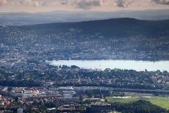 Färgrik cityscape av Zurich med sjön Zurich och Adlisberg arkivbilder