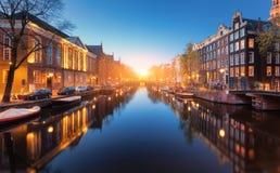 Färgrik cityscape på solnedgången i Amsterdam, Nederländerna arkivbilder
