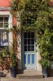 Färgrik dörr av ett historiskt hus i Warendorf Arkivbild