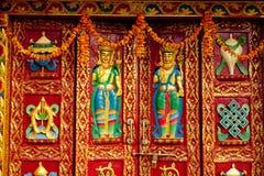 Färgrik dörr för buddistisk prydnad i kloster nära stupaen Boudhanath arkivfoto