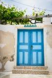 Färgrik dörr i Santorini, Grekland Royaltyfria Foton