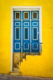 Färgrik dörr på ett gammalt hus i Havana royaltyfria foton