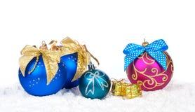 Färgrik dekor för jul över snö Arkivbilder