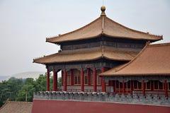 Färgrik dekorativ forntida paviljong med den smyckade kanten i Forbidden City, Peking, Kina Arkivbild
