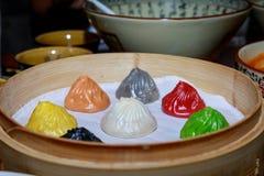 Färgrik dim sum i bambuångare, kinesisk kokkonst Royaltyfria Foton