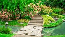 Färgrik Donablommaväxt och ny geeneryträd, buske och buske i bra landskap för ett omsorgunderhåll royaltyfri bild