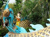 Färgrik drake och små pojkeststues Arkivfoto