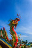 Färgrik drake på den thailändska templet Royaltyfria Foton