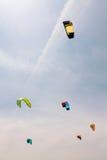 Färgrik drakefluga i den molniga himlen Kitesurfing Royaltyfria Foton