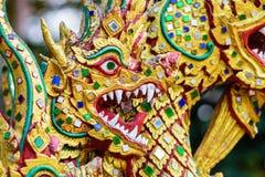 Färgrik drakehuvudskulptur Royaltyfri Bild