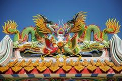 Färgrik drakestaty på den kinesiska templet för tak i Tak Province, Thailand Royaltyfri Fotografi