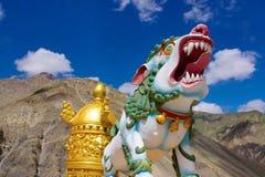 Färgrik drakestaty på den Kye kloster Himachal Pradesh royaltyfria bilder