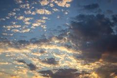 Färgrik dramatisk himmel med moln på solnedgången Royaltyfri Foto