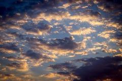 Färgrik dramatisk himmel med moln på solnedgången Royaltyfri Bild