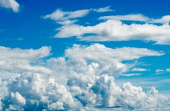 färgrik dramatisk skysolnedgång för oklarhet Royaltyfria Foton