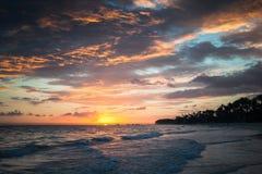 Färgrik dramatisk soluppgång över Atlantic Ocean arkivbild
