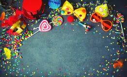 Färgrik födelsedag- eller karnevalbakgrund royaltyfri fotografi
