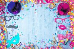 Färgrik födelsedag- eller karnevalram med partiobjekt på träb royaltyfri fotografi