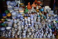 Färgrik fajanskrukmakeridisk och tajines på skärm i Morocc Royaltyfri Bild