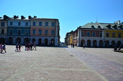 Färgrik fasad av byggnader i Zamosc, Polen Royaltyfri Bild