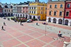 Färgrik fasad av byggnader i Zamosc, Polen Arkivfoton