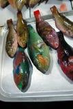 Färgrik fisk som är till salu i den offentliga marknaden. Royaltyfri Bild