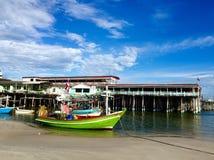 Färgrik fiskebåt royaltyfri foto