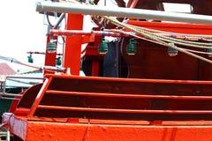 Färgrik fiskebåtskeppsdocka på bypir i kanalfloden Arkivbilder
