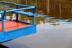 Färgrik fiskebåtskeppsdocka på bypir i kanalfloden Royaltyfri Bild