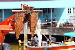 Färgrik fiskebåtskeppsdocka på bypir i kanalfloden Royaltyfri Foto