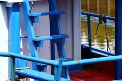 Färgrik fiskebåtskeppsdocka på bypir i kanalfloden Arkivbild