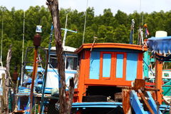 Färgrik fiskebåtskeppsdocka på bypir i kanalfloden Royaltyfri Fotografi