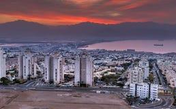 Färgrik flyg- scenisk sikt på Eilat Israel och Aqaba Jordanienstäder royaltyfria foton