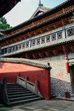 Färgrik forntida kinesisk byggnad i solig sommareftermiddag Arkivfoton