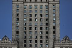 Färgrik framdel av bostads- byggnad i Warszawa Vertikala modeller, linjer, abstrakt begrepp royaltyfria bilder