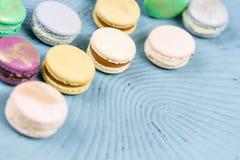 Färgrik franska för närbild eller italiensk macaron på den blåa trätabellen Macarons är den franska efterrätten som tjänas som me Arkivbild