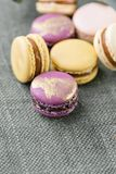 Färgrik franska för närbild eller italiensk macaron på den vita trätabellen Macarons är den franska efterrätten som tjänas som me Royaltyfri Bild