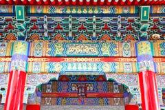 Färgrik fronton av den kinesiska templet Arkivbild