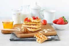 Färgrik frukost med dillandear och jordgubbar Arkivfoto