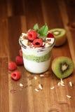 Färgrik fruktsallad med kräm och choklad i en krus royaltyfria bilder