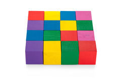 Färgrik fyrkant 4*4 av träleksakkuber som isoleras på vit Arkivbild