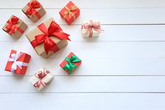 Färgrik gåvaask för jul och lyckligt nytt år eller hälsasäsong på wooderbakgrund, valentindag arkivfoto