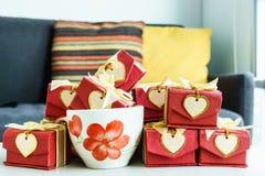 Färgrik gåvaask med hjärtakortet på tabellen Royaltyfri Bild