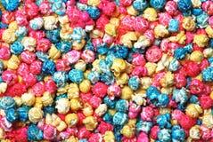 färgrik görande popcorn för bakgrundsgodis royaltyfria bilder