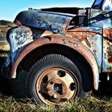 Färgrik gammal kastad lastbil Lomograph arkivfoton
