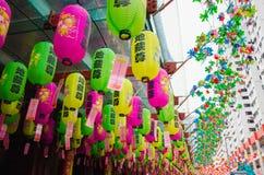 Färgrik garnering för pappers- lykta på den kinesiska templet i singapore Royaltyfri Fotografi