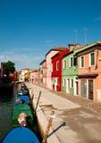 Färgrik gata i Burano Arkivbild