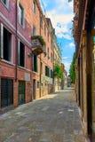 Färgrik gata i Burano, nära Venedig, Italien Royaltyfria Foton