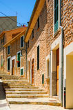Färgrik gata i medelhavs- Arkivfoto
